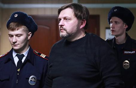 Бывший губернатор Кировской области Никита Белых (в центре), обвиняемый в получении взятки в размере 400 тысяч евро, во время оглашения приговора Пресненского суда.