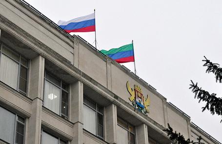 Флаги России и Республики Дагестан на здании городской администрации в Махачкале.