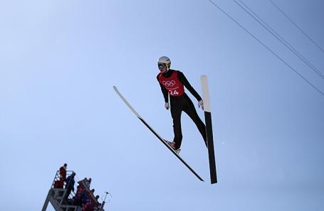 Российский прыгун на лыжах с трамплина Евгений Климов на тренировке в Пхенчхане.
