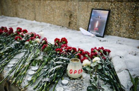 Цветы в память о погибших в авиакатастрофе самолета «Саратовских авиалиний».