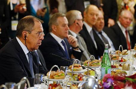 Министр иностранных дел России Сергей Лавров (слева) на встрече с министром иностранных дел Германии Зигмаром Габриэлем (не изображен) на Мюнхенской конференции по безопасности в Мюнхене.