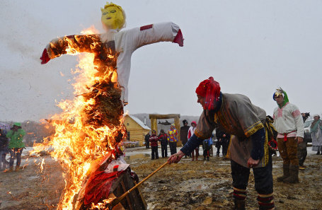 Сжигание чучела на праздновании Масленицы.