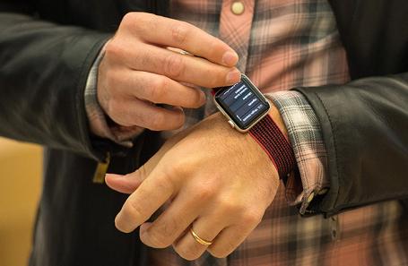 Покупатель примеряет  Apple Watch Series 3 в магазине Apple в Лондоне.