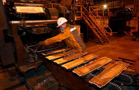 Рабочий в литейном цехе Красноярского алюминиевого завода «Русал».