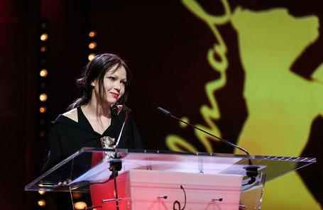 Художник-постановщик фильма «Довлатов» Елена Окопная получила «Серебряного медведя» за выдающиеся достижения в области киноискусства.