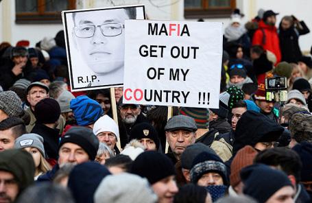 Участники марша в память об убитом словацком корреспонденте Яне Кучаке и его подруги Мартины Куснировой в Братиславе.