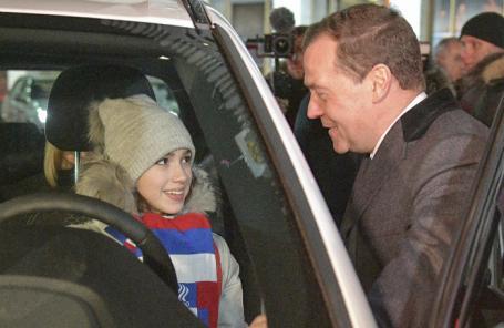 Премьер-министр РФ Дмитрий Медведев и олимпийская чемпионка и серебряный призер по фигурному катанию Алина Загитова.