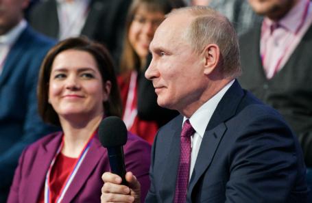Член Центрального штаба ОНФ, депутат Госдумы РФ Наталья Костенко и президент России Владимир Путин.