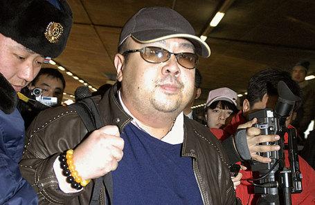 Ким Чен Нам (в центре).