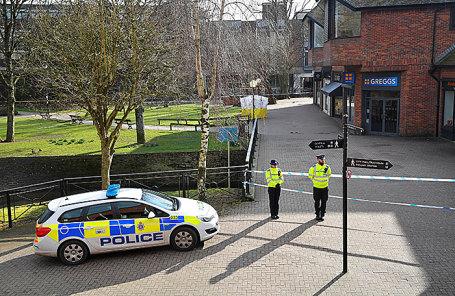 Полиция на месте, где нашли Сергея Скрипаля и его дочь. Солсбери, Великобритания.