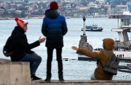 Вид на Севастопольскую бухту и памятник затонувшим кораблям с высоты мыса Хрустальный.