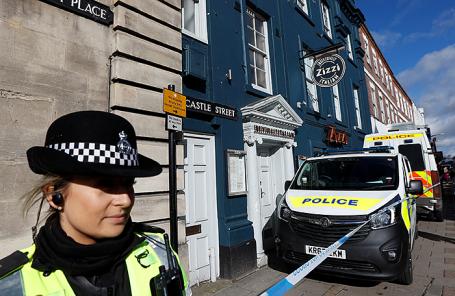 Полиция у ресторана Zizzi в Солсбери, Великобритания.