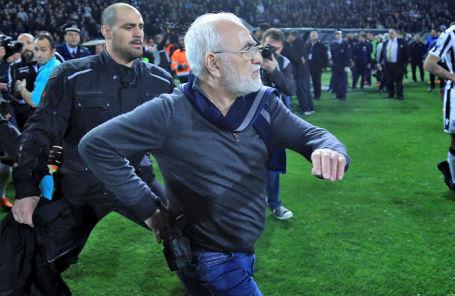 Иван Саввиди выбегает на футбольное поле с пистолетом.