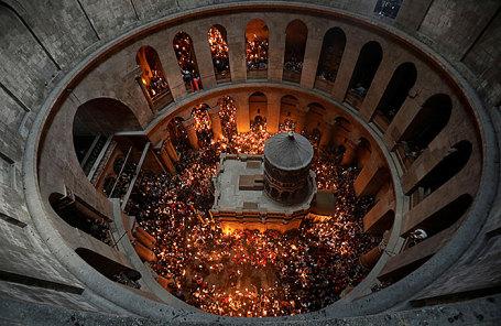 Верующие в Храме Гроба Господня во время схождения Благодатного огня накануне празднования Пасхи.