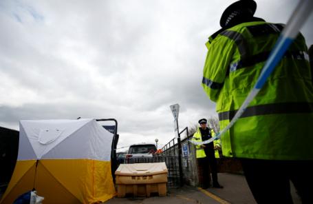 Полиция недалеко от места, где обнаружили экс-сотрудника ГРУ Сергея Скрипаля и его дочь без сознания.
