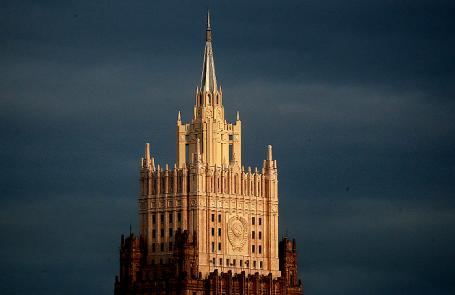 Шпиль высотного здания МИД России на Смоленской площади.