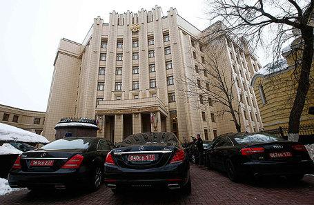 Машины послов иностранных государств около здания МИДа.