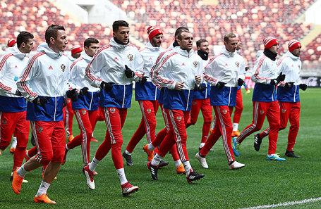 Игроки сборной России по футболу во время тренировки накануне товарищеского матча со сборной Бразилии на стадионе «Лужники».