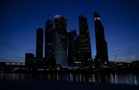 Вид на московский международный деловой центр «Москва-Сити» во время экологической акции «Час Земли».