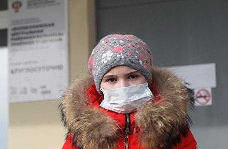 Девочка у Волоколамской центральной районной больницы, куда поступили пострадавшие дети с жалобами на самочувствие из-за залпового выброса свалочного газа с полигона «Ядрово».