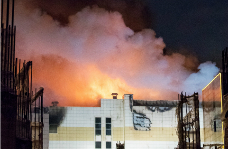 Горящий ТЦ «Зимняя вишня» в Кемерове, где погибли более 50 человек.