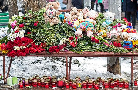 Цветы, игрушки и свечи у торгово-развлекательного центра «Зимняя вишня» в Кемерове.