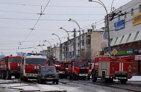 Пожарные машины у ТЦ «Зимняя вишня» в Кемерове.