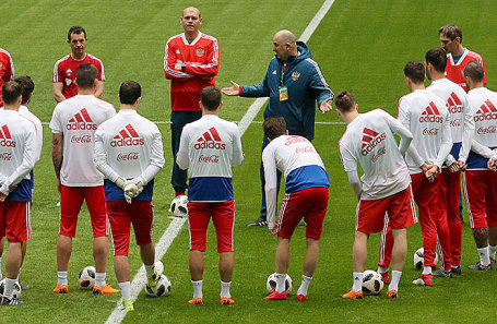 Сборная России по футболу на тренировке.