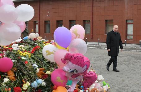 Президент России Владимир Путин возлагает цветы у торгово-развлекательного центра «Зимняя вишня» на проспекте Ленина, где в результате пожара погибли люди.