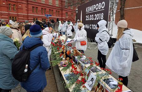 Цветы на Манежной площади в память о погибших при пожаре в ТЦ «Зимняя вишня» в Кемерове.