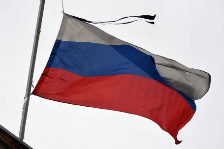 Приспущенный российский флаг в знак траура на здании Заводского районного суда, где состоится избрание меры пресечения задержанным по делу о пожаре в ТЦ «Зимняя вишня».