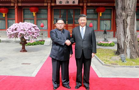 Лидер КНДР Ким Чен Ын (слева) и лидер Китая Си Цзиньпин.