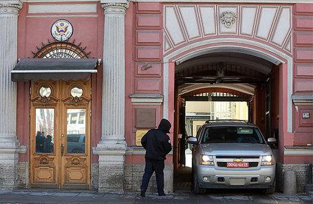 Машина генерального консульства США в РФ выезжает из здания консульства на Фурштатской улице в Санкт-Петербурге.