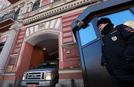 Автомобиль генерального консульства США в РФ выезжает из здания консульства на Фурштатской улице в Санкт-Петербурге.