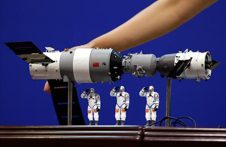Модель орбитальной станции «Тяньгун-1» с космическим «Шэньчжоу-9».