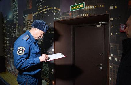 Сотрудник МЧС России во время проверки пожарной безопасности в торгово-развлекательном центре.
