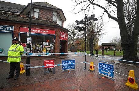 Полиция около места, где нашли Сергея Скрипаля с дочерью. Солсбери, Великобритания.