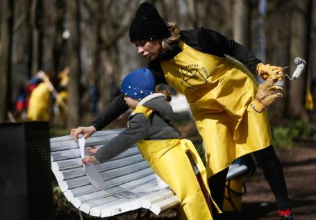 Участники всероссийского экологического субботника на территории Нескучного сада в Парке Горького.