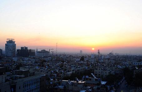 Вид города Дамаска на восходе солнца 14 апреля 2018 года.