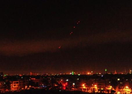США вместе с Францией и Великобританией начали наносить точечные авиаудары по объектам в Сирии.