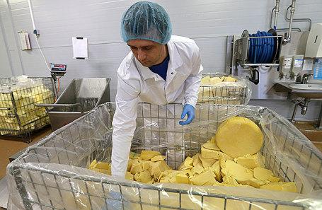 Производство плавленого сыра.