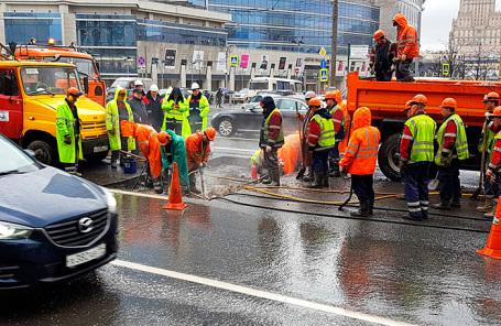 Сотрудники аварийных служб комплекса городского хозяйства Москвы ликвидируют последствия провала грунта на улице Новый Арбат.
