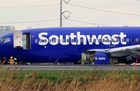 Борт Southwest Airlines с разрушенным двигателем.