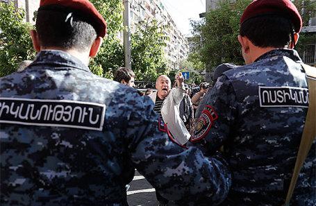 Во время акции протеста против выдвижения бывшего президента Армении Сержа Саргсяна на пост премьер-министра страны у здания Министерства культуры Армении, Ереван, 19 апреля 2018 года.