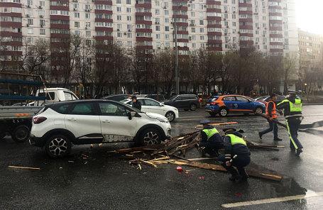 Последствия ураганного ветра с грозой на Смоленском бульваре.