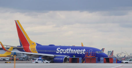 Борт Southwest Airlines с разрушенным двигателем