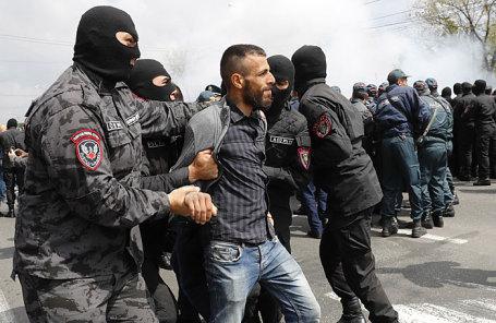 Задержание участника акции протеста против выдвижения бывшего президента Армении Сержа Саргсяна на пост премьер-министра страны.