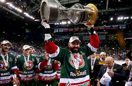 Игроки «Ак Барса» радуются победе в матче финальной серии плей-офф Кубка Гагарина КХЛ.