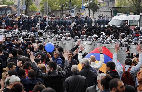 Во время акции протеста против выдвижения бывшего президента Армении Сержа Саргсяна на пост премьер-министра страны.