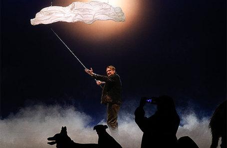 Актер Алексей Вертков в сцене из спектакля «Му-му» в постановке режиссера Дмитрия Крымова в Театре наций.